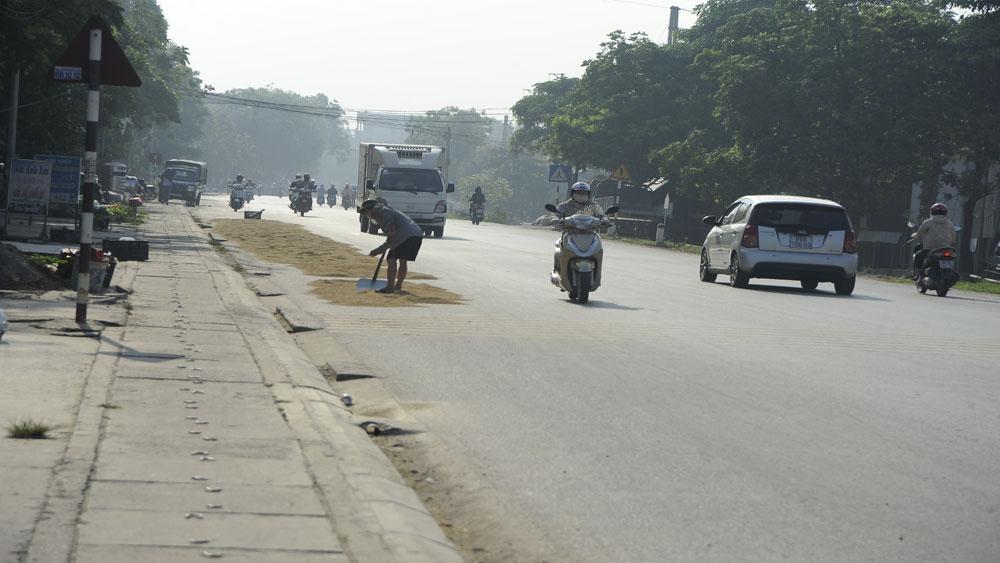 Phơi nông sản trên đường gây nguy hiểm cho người tham gia giao thông